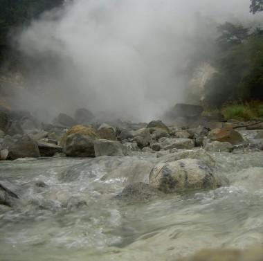 上流でお湯が噴き上げている場所です