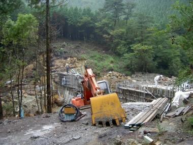下流では砂防堤の工事が進行中