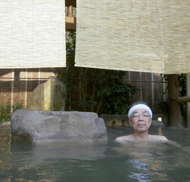 品の良い露天風呂とちょっと薄緑のお湯
