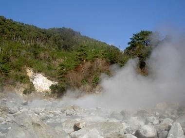 川の中から熱湯が吹き上げています・・近づくと火傷をします・・かなり危険