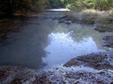 すぐ横には温泉沼があります