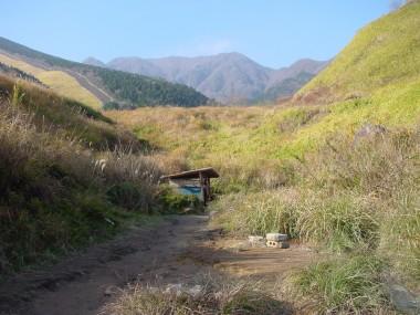 谷間にある鶴の湯・・脱衣小屋が一つあります