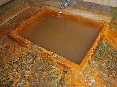比較的大きな浴槽のある真中の付近の浴室に入ります、脱衣場から浴室は3段下がっています 源泉が絶え間なく浴槽に注がれています