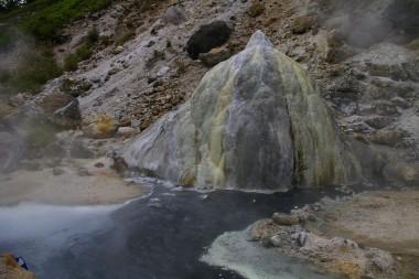 高瀬渓谷の噴湯丘と球状石灰岩