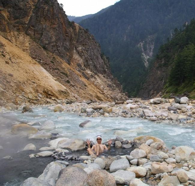 川は青白く変色して荒涼感がある野湯です