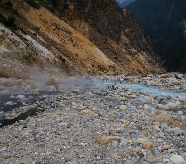急流の高瀬川に沿って硫黄泉が湧いている