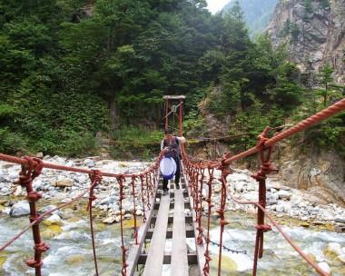 吊橋を渡ってゆきます