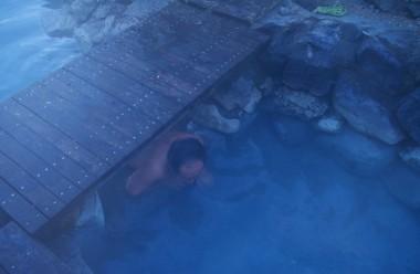 お湯の中央にある橋をくぐって