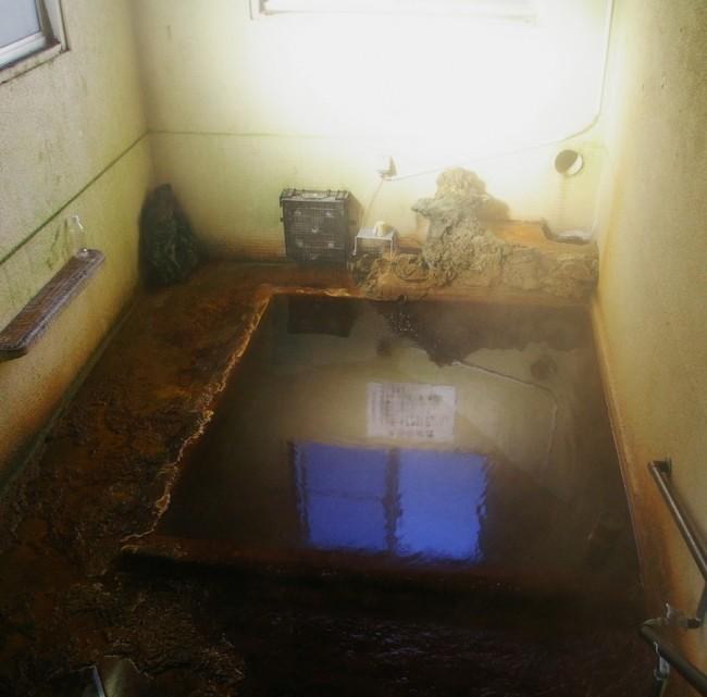下湯の浴槽は狭い