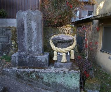 小屋の横に石碑があります