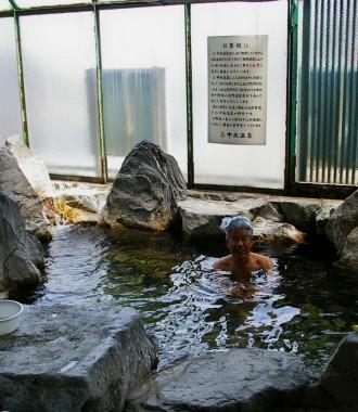 浴室は狭いのだけれど岩風呂