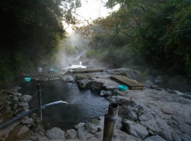 川を塞き止めて作ってある露天風呂は3段になっています