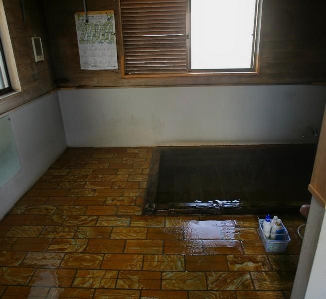 小さな浴槽だがお湯はたっぷり注がれている