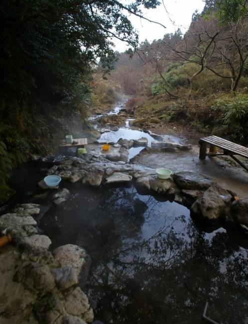 川の中のへびん湯