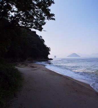 まだ夏ですが海岸は静かです