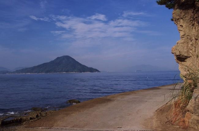 遊歩道を似島を見ながら歩きます