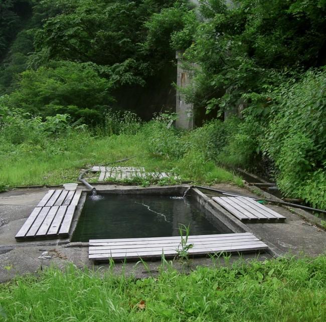 阿曽原小屋から川に向かって下った場所にあります