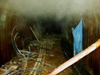 灼熱の隧道の中は蒸気が溢れています
