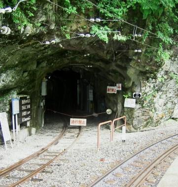 黒薙駅からこのトンネルを抜けて黒薙温泉旅館に行くことが出来ます