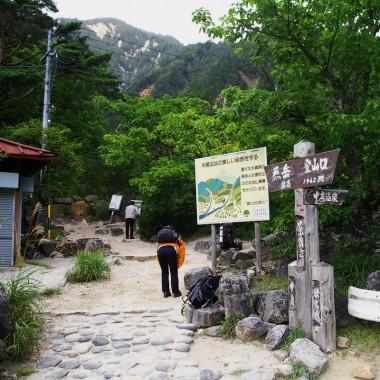 燕岳への登山口を通過してゆきます