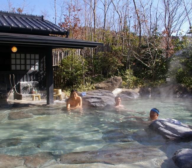 大きな爽快な露天風呂