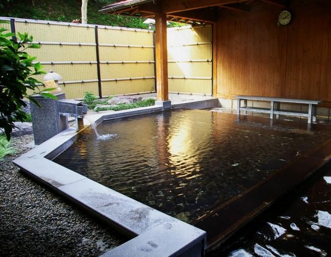 露天風呂はわりと大きい