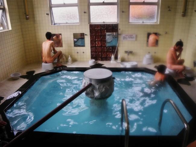 中央に深い浴槽があり、真ん中から熱い源泉が注がれています