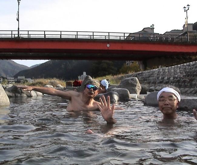 橋の上から丸見えの露天風呂