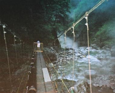 つり橋の向こうから源泉が涌いています、他にも何ヶ所か源泉がありました