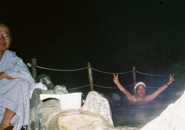 真夜中の温泉ではしゃぎます