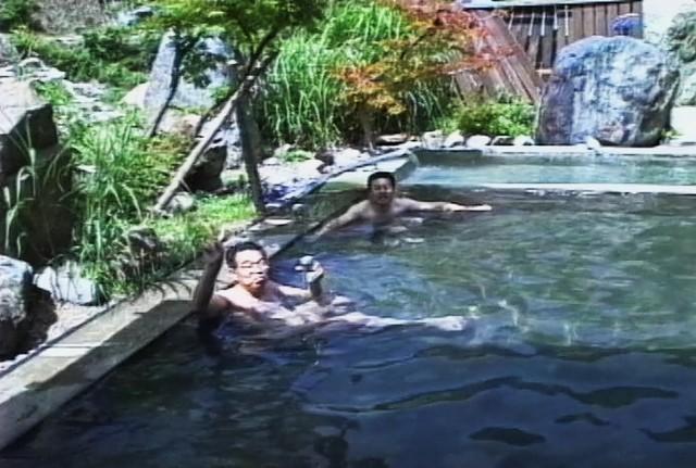 お風呂は真四角でプールのようです、モルタル塗りで何の変哲もありません