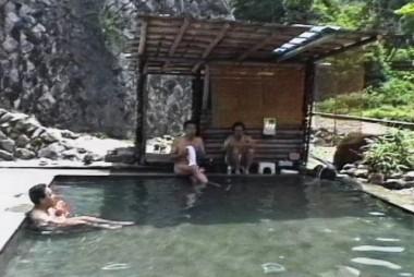 大きなプールのような温泉