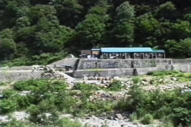 川の向こうに祖母谷温泉の山小屋が見えます