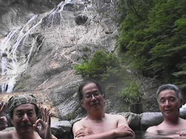 姥が滝を見ながらいい湯だな