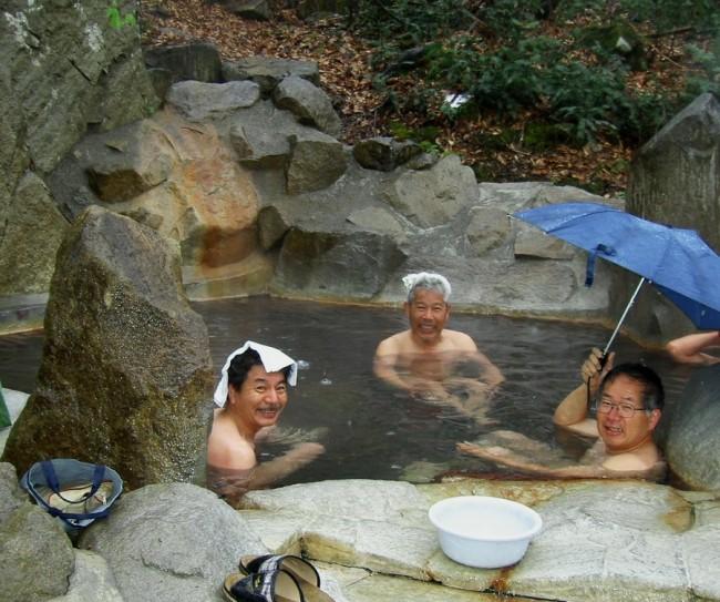 小雨が降っている露天風呂で朝湯です