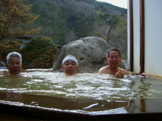 ちょっと濁ったお湯の露天風呂