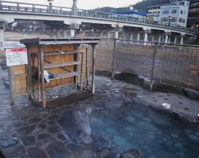 朝早く河原の露天風呂に