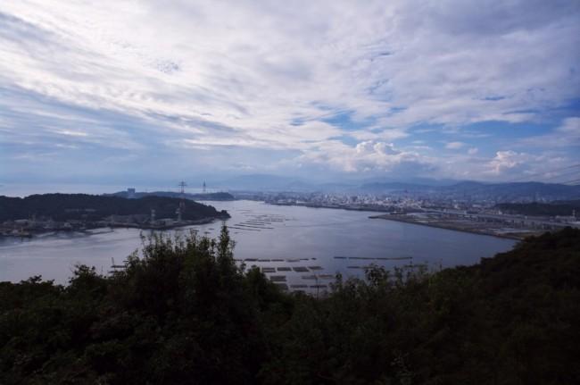 左は金輪島で広島湾の先には市内が広がります