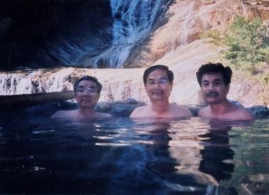 姥が滝を背景にした絶景の湯