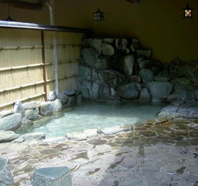 岩の露天風呂があります