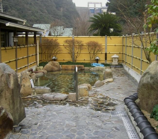 源泉のみの露天風呂はさすがに冬は寒い、 お湯はちょっと温め/TAMは熱いのが好み