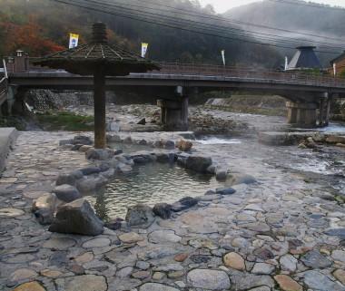 河原の露天風呂の前には橋があります