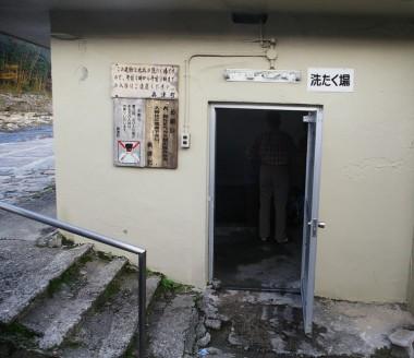 洗濯場の入口、中に浴槽があります