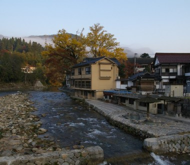 吉井川に沿って旅館があります