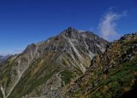 キレットの底から南岳を見る