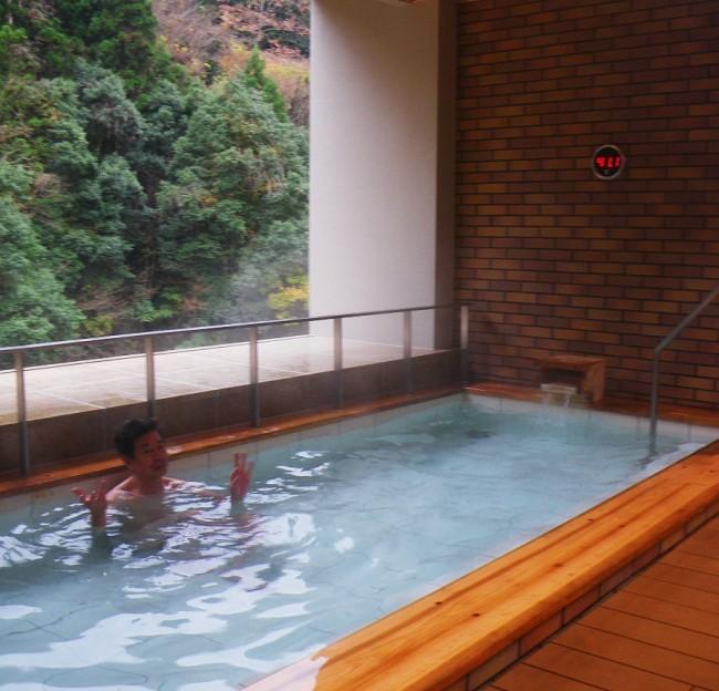 2階にある浴室の露天風呂