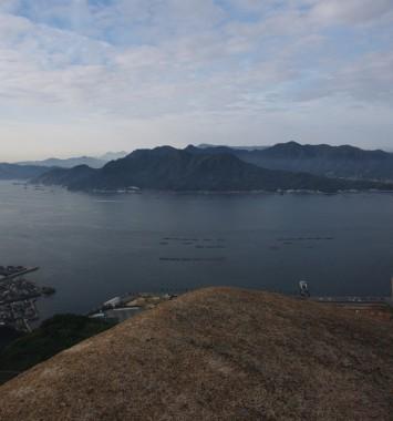 山頂の岩から江田島を望む