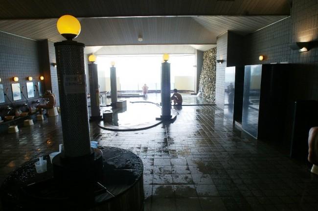 内風呂はかなり大きい、ガラス張りであるが外はよく見えない