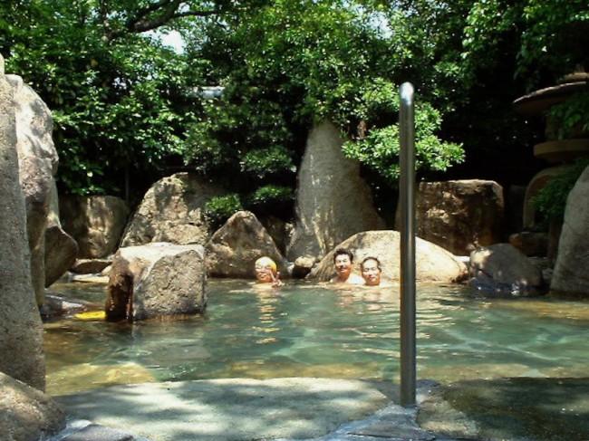 桜の下の大きな露天風呂