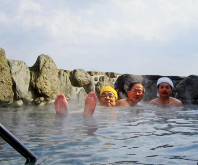 露天風呂の向こうには長門市と青海島を望みます